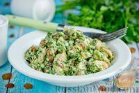 Салат из курицы с изюмом, зеленью и чесноком