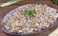 Салат с курицей, жареными грибами, огурцом и орехами