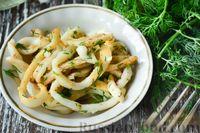 Салат из кальмаров с грецкими орехами, укропом и чесноком