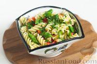 Салат с макаронами, сыром и зелёным горошком