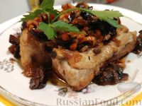 Тушёные свиные рёбрышки с сухофруктами и орехами