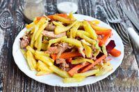 Овощной салат с курицей и жареным картофелем