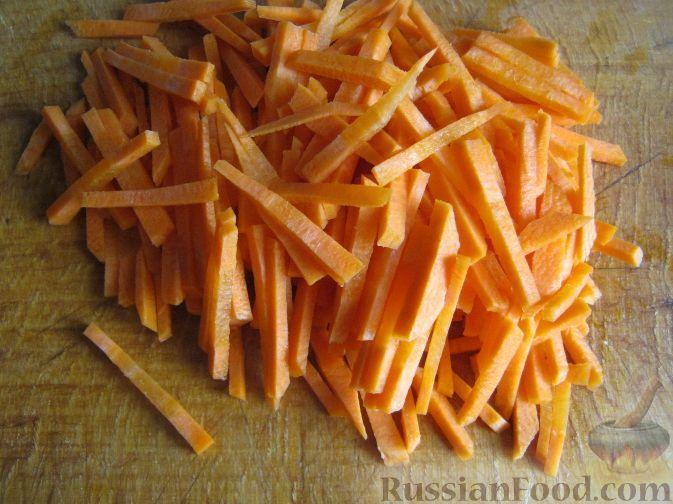 Морковь очистить, помыть и нарезать соломкой.