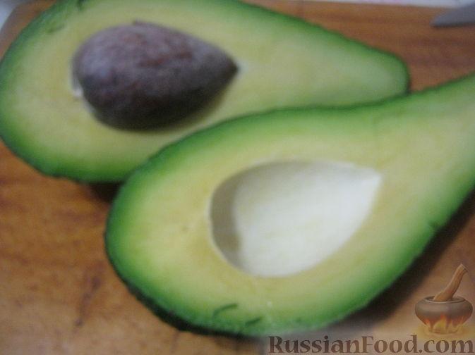 Разрезать авокадо пополам. Достать косточку. Снять кожуру.