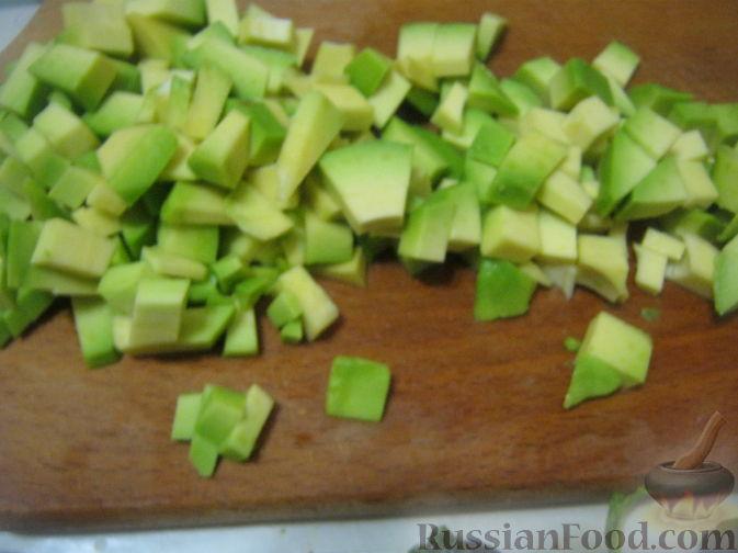 Нарезать авокадо кубиками. Взбрызнуть соком лимона.