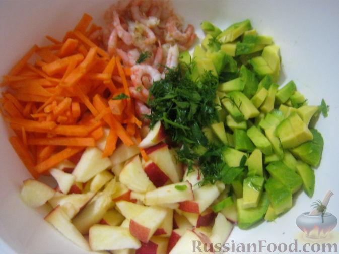 Все ингредиенты соединить в салатнике. Посолить и поперчить.