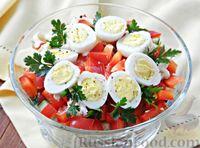 Салат с курицей, сладким перцем, огурцом и перепелиными яйцами