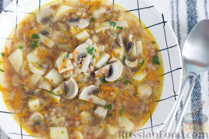 Готовый суп с гречкой, картофелем и грибами можно подавать сразу после приготовления, а можно дать ему немного настояться.  Приятного аппетита!