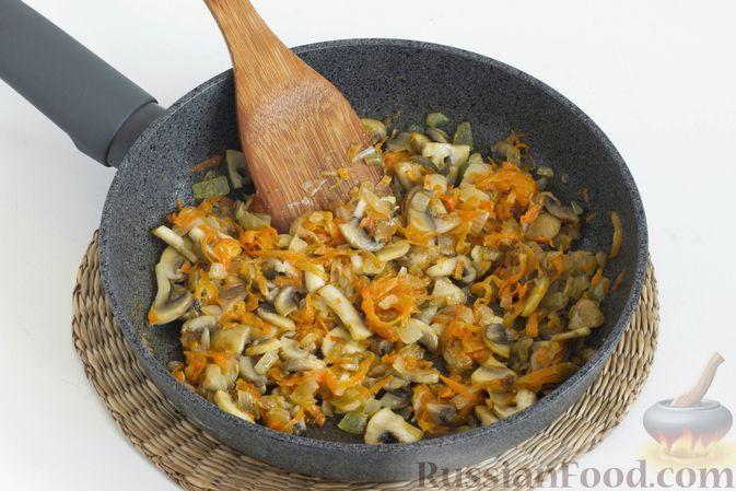 Морковь очистите и натрите на крупной терке. Лук очистите и мелко нарежьте.   Разогрейте в сковороде растительное масло. Добавьте лук с морковью и обжарьте, помешивая, 5 минут.    Грибы нарежьте пластинками, добавьте в сковороду к луку с морковью и обжарьте 5-7 минут.