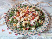 Салат с курицей, гранатом, грецкими орехами и сухариками