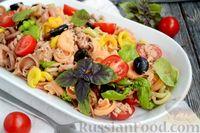 Салат с макаронами, тунцом, помидорами и маслинами