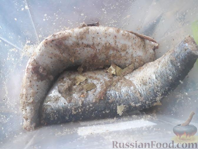 Селёдку поместить в судочек и хорошо обмазать смесью специй снаружи и внутри.