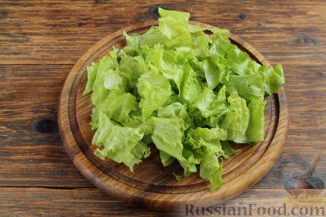 Крупно нарезаем листья салата или рвём их руками.