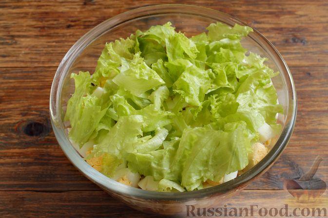 Выкладываем оставшиеся салатные листья.
