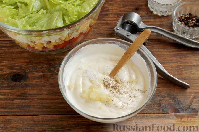 Добавляем соль, перец и пропущенный через пресс чеснок.