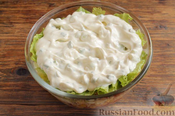 Выкладываем заправку на салатные листья.