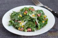 Салат из шпината с помидорами, огурцами и кукурузой