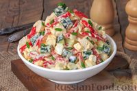 Салат с курицей, овощами, брынзой и яйцами