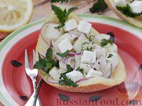 Салат из дыни с сыром фета, красным луком и мятой