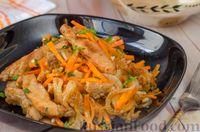 Мясной салат с жареной морковью и луком