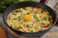 Омлет-глазунья с колбасой, помидорами и сыром