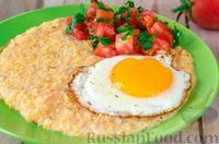 Кукурузная каша с помидорами, сыром и яичницей