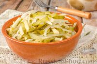 Салат с яблоком, маринованным огурцом и луком