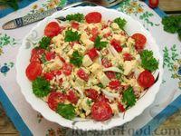 Салат из помидоров с сыром и яйцами