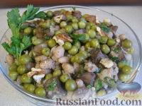 Теплый фасолевый салат с грибами и орехами