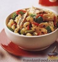 Теплый салат с макаронами и курицей