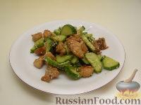 Салат из жареной курицы с огурцами и кунжутом