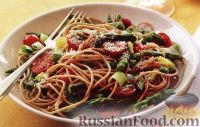 Спагетти с помидорами, горошком, луком и спаржей