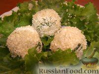 Салат-закуска из сыра с кунжутом и маслинами