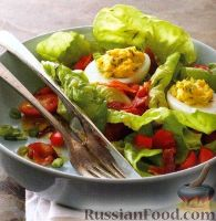 Овощной салат с фаршированными яйцами