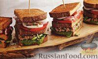 Тройные бутерброды с тунцом, стручковой фасолью, помидорами, луком и яйцами