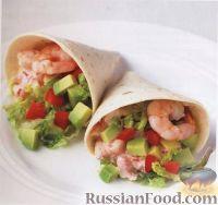Салат из авокадо, сладкого перца и креветок в пшеничных лепешках
