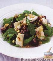 Салат из свеклы, сыра, орешков и рукколы