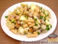 Картофельный салат с копченой селедкой и сухариками