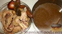Затем остудить до теплого состояния, вынуть мясо, отделить мясо от костей. Выложить мясо в формы, добавить по желанию давленый чеснок и черный молотый перец. Залить процеженным бульоном.