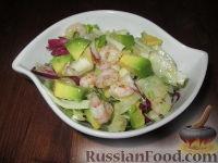 Салат из авокадо с креветками, крабовыми палочками и фенхелем