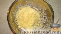 Высыпать грибы в миску, добавить сметану и тертый сыр, перемешать.
