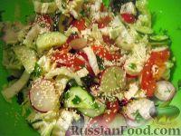Салат овощной с редисом и семенами кунжута