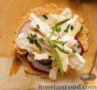 Куриный салат с луком и эстрагоном