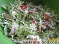 Салат из молодой капусты, редиски и помидоров