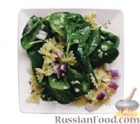 Салат из шпината, пасты и лука