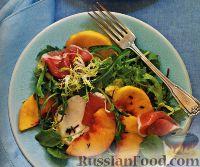 Зеленый салат с персиками и ветчиной прошутто
