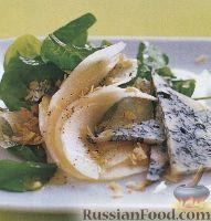 Салат из шпината, груши и голубого сыра