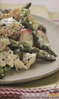 Куриный салат со спаржей и редисом