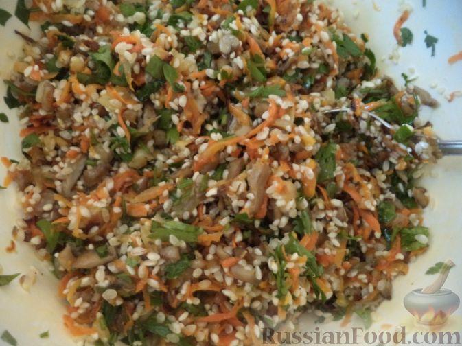 В миску выложить рис, морковь с луком, тушеные грибы и зелень. Посолить, поперчить. Начинка для перцев готова.