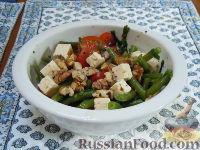 Летний салат с зеленой стручковой фасолью, сыром фета и грецкими орехами